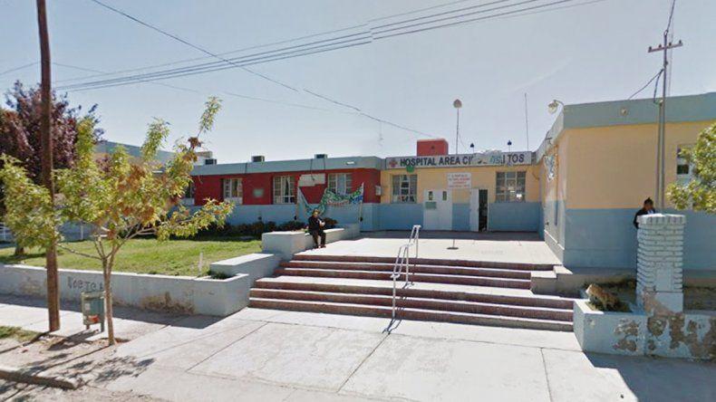 Un pitbull apuñalado fue atendido en la guardia del hospital de Cinco Saltos.