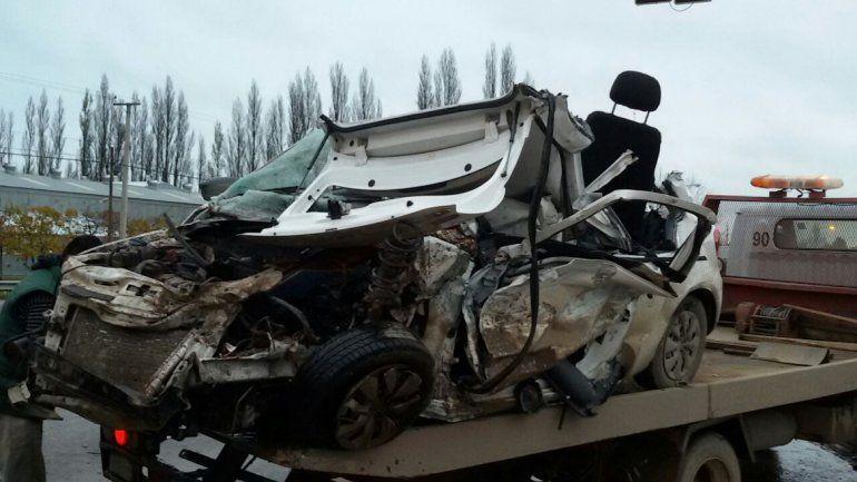 Un joven murió y dos chicas resultaron heridas tras un terrible choque en la Ruta 22