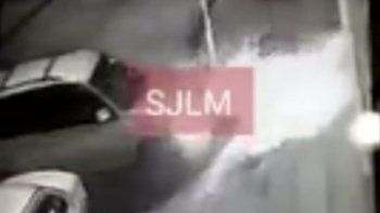 El hombre ingresó su camioneta en tiempo récord. Se salvó de que lo atacaran por segundos.