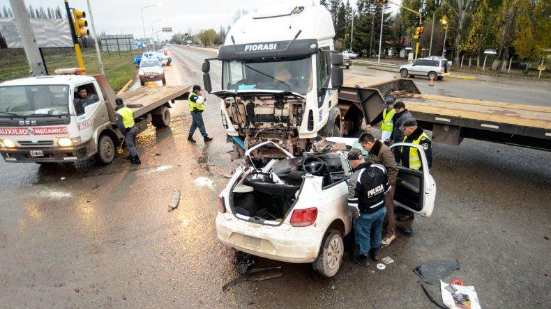 El VW Gol y el camión Iveco quedaron totalmente destruidos por el choque.