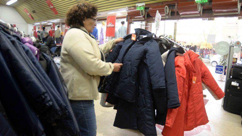 La llegada del invierno trajo el frío pero también la preocupación por la ropa