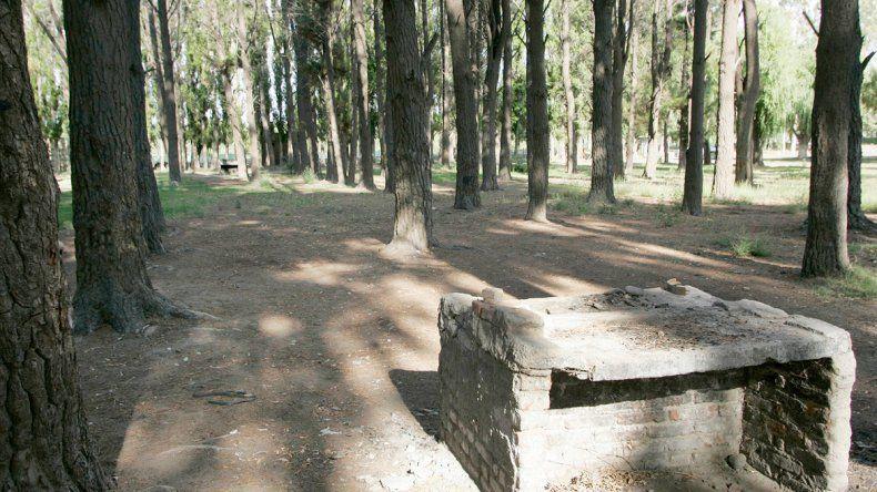 El tradicional parque Victoria es un lugar de fiestas y encuentro para los vecinos. Los pinos ponderosa constituyen un paisaje que emula estar en otro país.