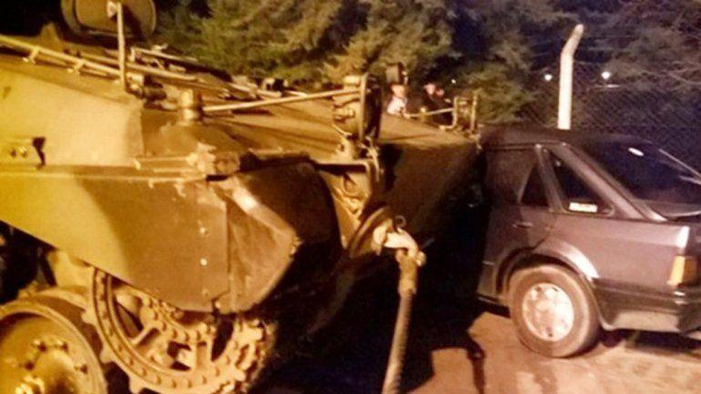 Un tanque de guerra chocó un auto tras un desfile