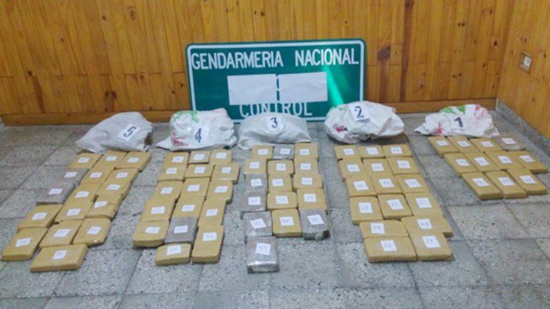 Gendarmería encontró cinco bolsas abandonadas contra el alambrado de un campo en la zona de Huarenchenque.