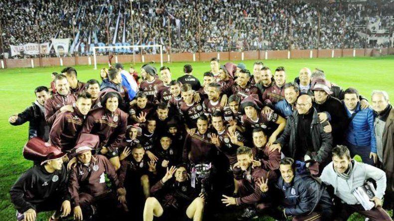 El merecido festejo del ganador en su estadio y con su gente.