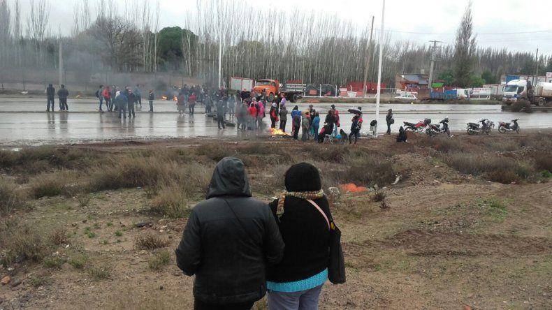 Beneficiarios de planes cortan la Ruta 7 y provocan un caos vehícular entre Neuquén y Centenario.
