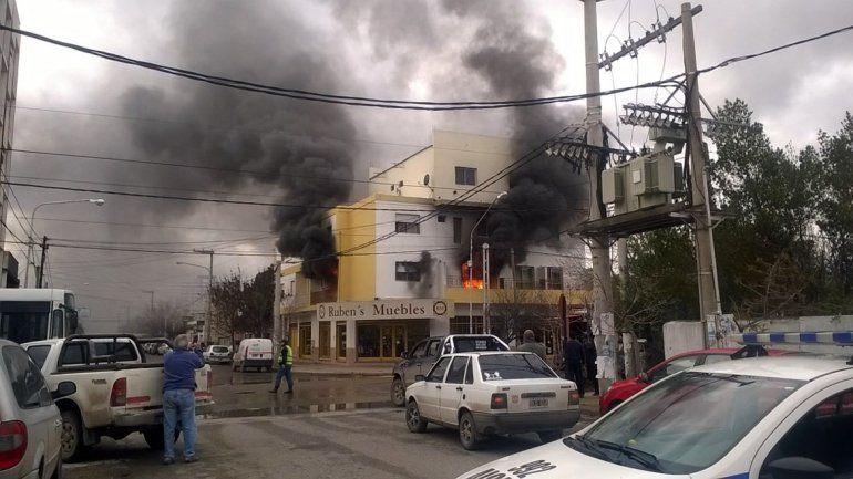Bomberos combaten un voraz incendio en un departamento en el Bajo de la ciudad
