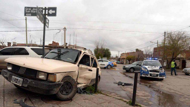 Violento choque entre un patrullero y un Fiat 147