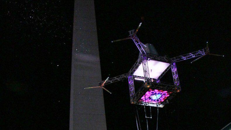 La bailarina hizo una performance a 65 metros de altura