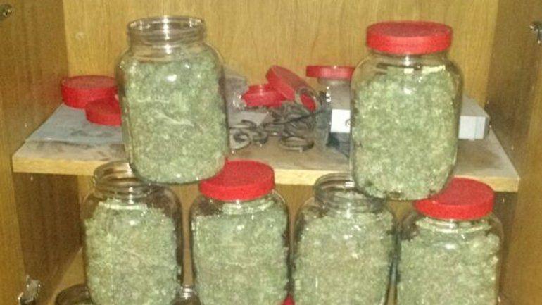 Unos 15 frascos de cogollos de marihuana fueron secuestrados.