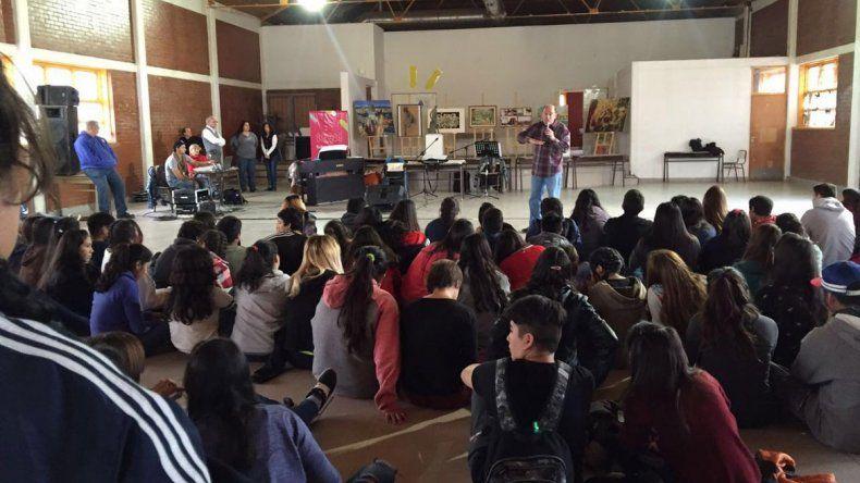 Ayer el programa artístico se presentó en el CPEM Nº 53.