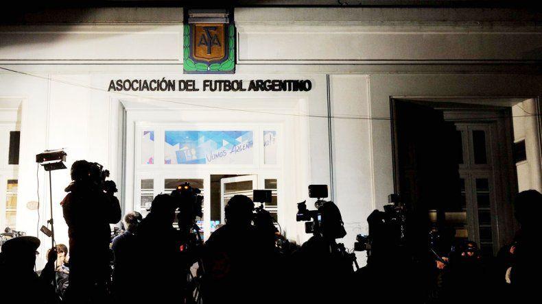 La expectativa de la prensa durante la reunión del comité ejecutivo.
