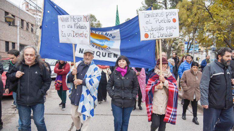 La marcha en el centro de Neuquén agrupó a más de 3 mil personas que resisten la suba de la luz y el gas.