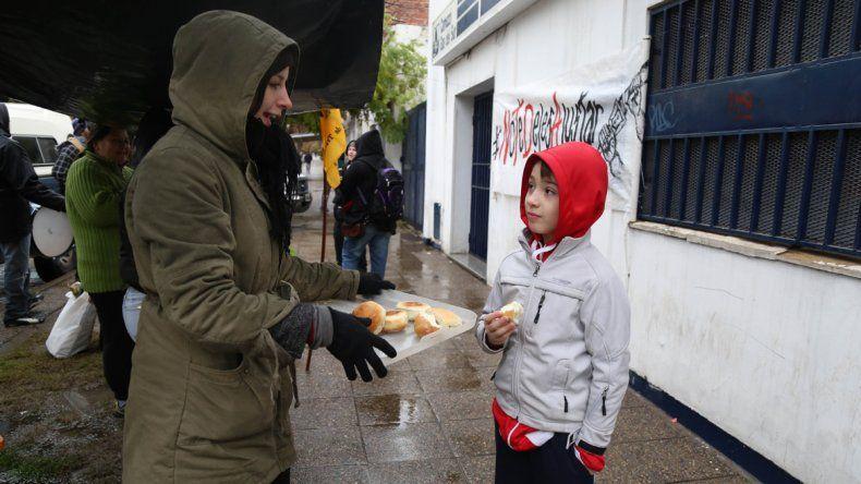 Para protestar contra la suba del gas, hicieron pan frente a Camuzzi