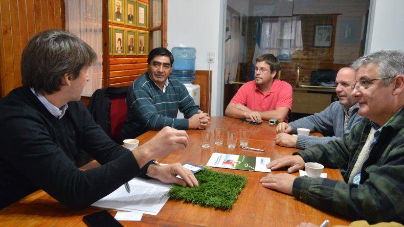 Firma del convenio para la instalación de una carpeta de césped sintético en el estadio de Junín de los Andes.