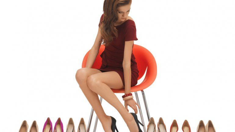 El zapato ideal debe ser ergonómico y no debe superar los 4 cm. Se recomienda que tenga una forma cuadrada y ancha y que la suela no sea muy delgada.