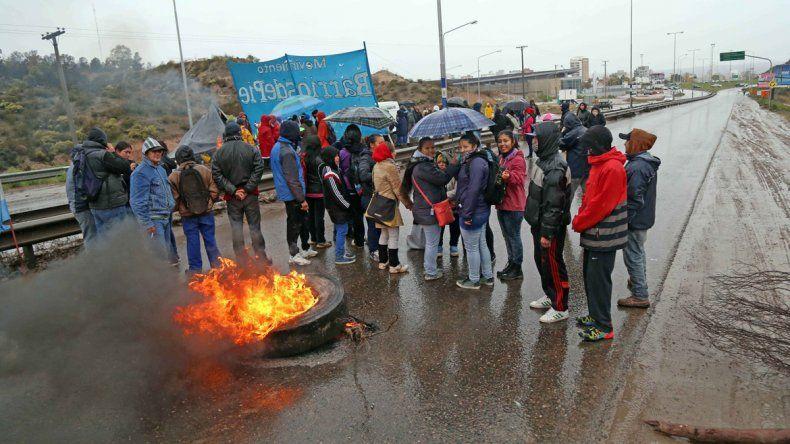 Los manifestantes de Barrios de Pie cortaron accesos a Neuquén.