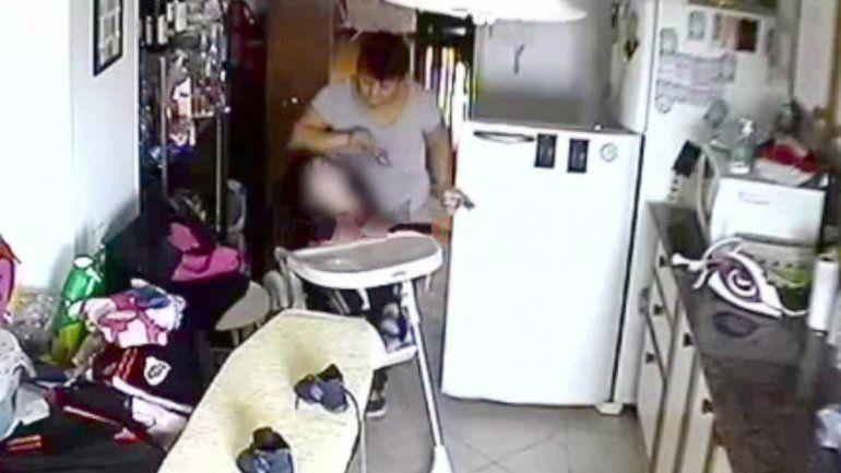 Los maltratos que sufría el bebé quedaron registrados por las cámaras. La madre (recuadro) hizo la denuncia.
