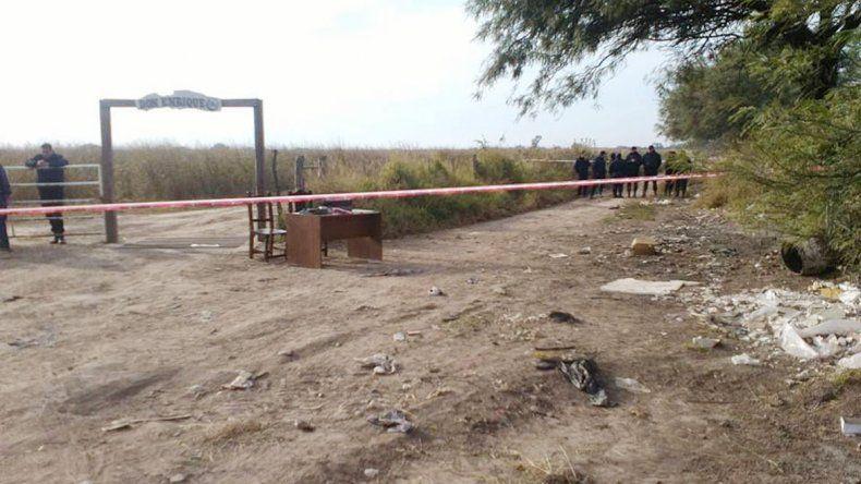Policías realizando pericias en el basurero donde apareció el cuerpo del pequeño Mario Agustín Salto