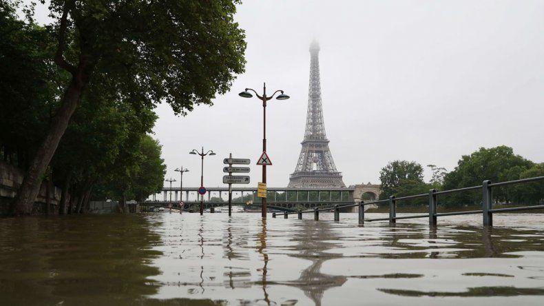 Las aguas cercan el Museo del Louvre