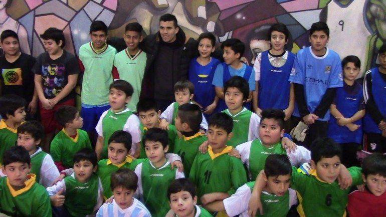 El Huevo Acuña visitó a los chicos de escuelas de fútbol