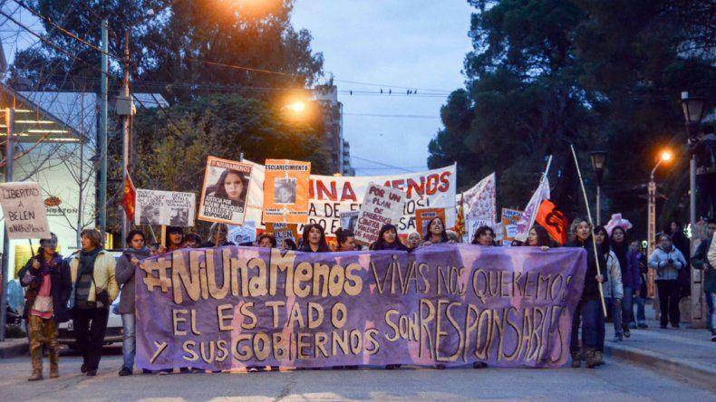 {altText(#NiUnaMenos en Neuquén.,#NiUnaMenos: multitudinaria marcha en Neuquén contra la violencia de género)}