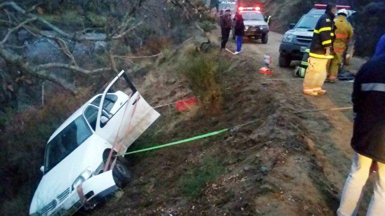El auto quedó de costado dentro de un zanjón
