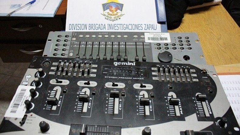 La consola de sonido que fue recuperada en el allanamiento.