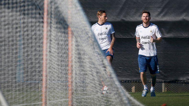 Lionel junto al otro tocado del equipo