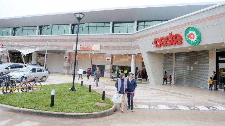 El shopping Del Oeste abrió ayer sus puertas al público.