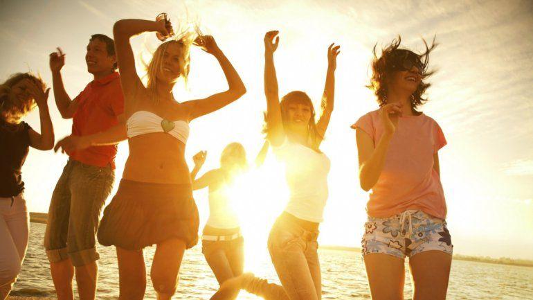 La vida social desciende a los 25 porque en los años previos el individuo experimenta socialmente antes de asentarse en un grupo de amigos.