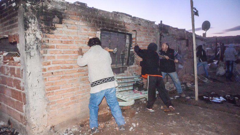Los vecinos de Valentina Norte Rural incendiaron cuatro casas y derrumbaron otra