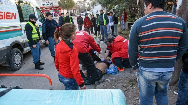 El hombre fue asistido por el SIEN luego de ser chocado por la camioneta.