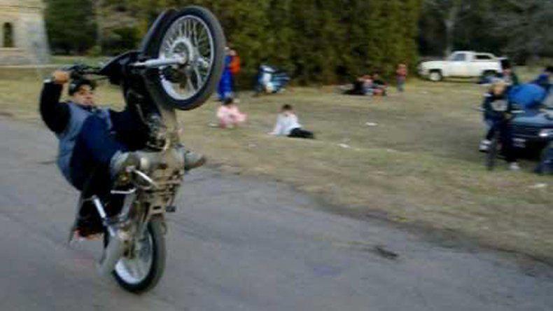 Los chicos insisten en hacer proezas arriba de las motos. Están prohibidas.