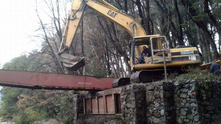 Avanza la reconstrucción del puente que cedió por un camión