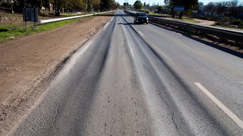 Un verdadero desastre: los autos ya no circulan por uno de los carriles porque tocan abajo y se rompen.