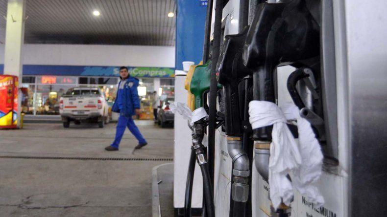 Peligra el abastecimiento de combustible en la región por un paro de camioneros