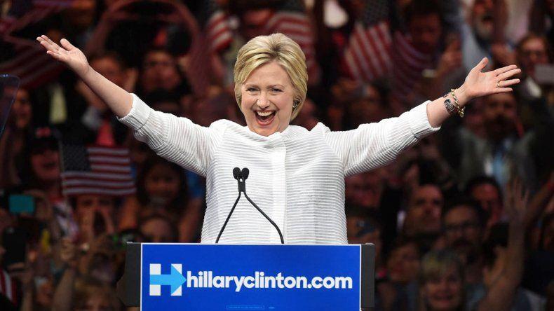 Hillary Clinton saludando a sus seguidores.