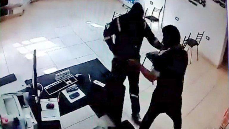 El delincuente entró armado y encapuchado pero quedó filmado.