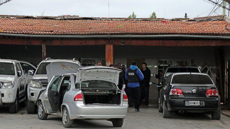 Personal de Delitos Económicos trabajó en el autoparque y revisó cada uno de los vehículos estacionados.