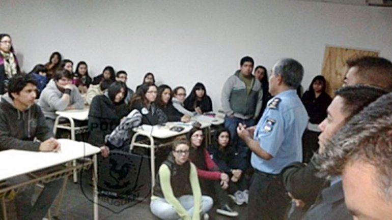 El comisario Andrés Bengolea dialogó con los estudiantes universitarios.