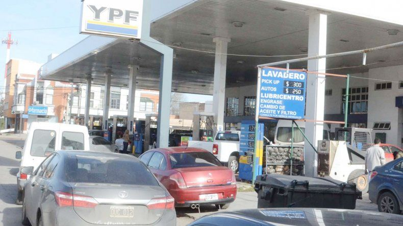 Hubo largas filas en las estaciones de servicio. La destilería de YPF en Plaza Huincul fue bloqueada por camioneros.