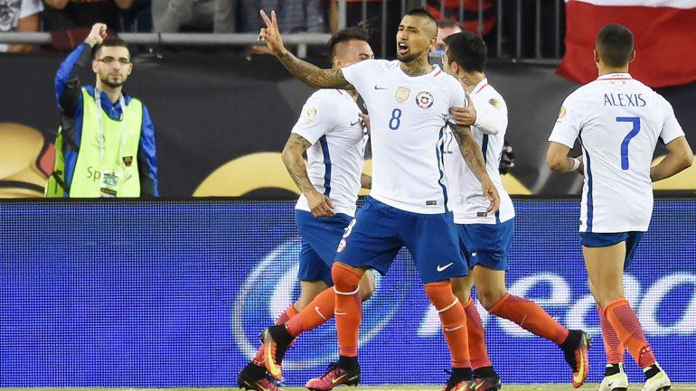 Vidal festeja el agónico gol de la victoria ante Bolivia.