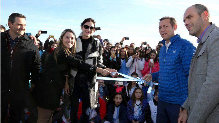 Junto a Luciana Aymar, Gutiérrez inauguró una cancha de hockey