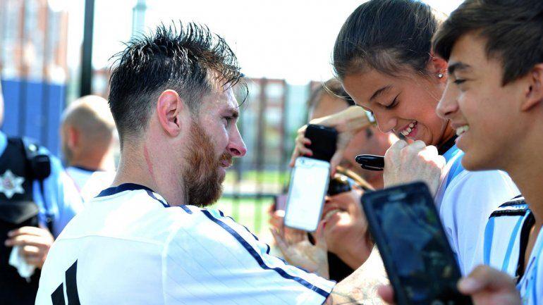Messi firmó autógrafos y se sacó fotos con los hinchas tras la última práctica en Chicago.