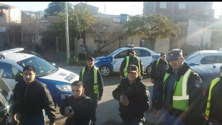 La víctima fotografió a los policías cuando apuntaban contra su vivienda.