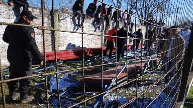 Se desplomó una tribuna durante un partido de fútbol en Reconquista