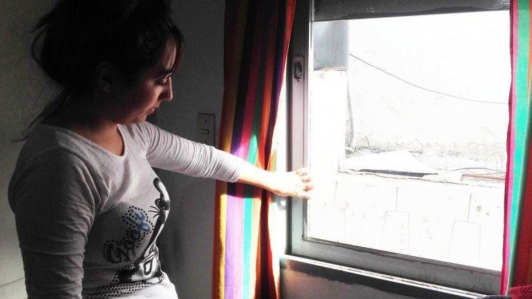 Victoria señalando la ventana por la que presume que entraron los delincuentes. La abertura no fue forzada.