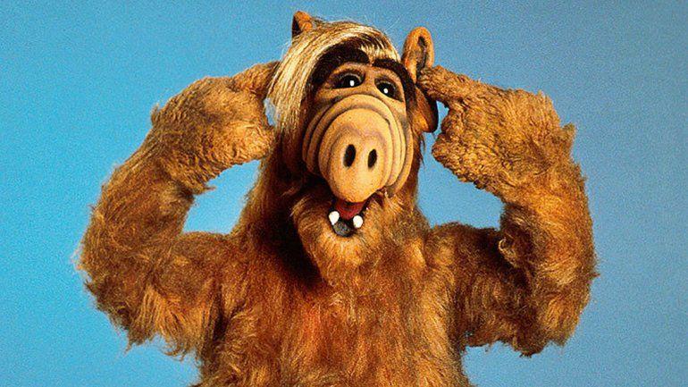 El entrañable Alf se ganó el corazón de los televidentes con sus ocurrencias. Frases como No hay problema o ¿Puedo comerme al gato? quedarán en la memoria.