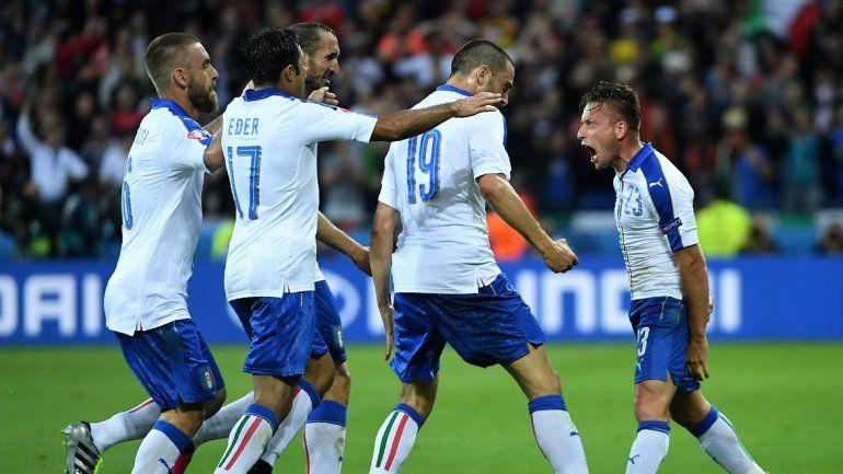 Italia metió dos goles en el debut del grupo E de la Eurocopa.
